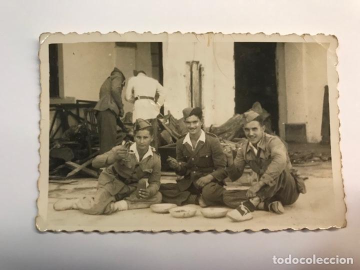 LOGROÑO. FOTOGRAFÍA MILITAR. GRUPO DE SOLDADOS DURANTE EL RANCHO.. (H.1945?) (Fotografía Antigua - Fotomecánica)