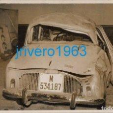 Fotografía antigua: ANTIGUA FOTOGRAFIA, COCHE RENAULT SINIESTRADO,MATRICULA MADRID, 14X9 CMS. Lote 261321665