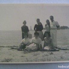 Fotografía antigua: FOTO DE FAMILIA POSANDO EN LA RIA DE HUELVA , AL FONDO SE VE EL MONUMENTO A COLON. Lote 261860630
