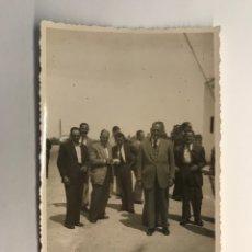 Fotografía antigua: VALENCIA . FOTOGRAFÍA. GRUPO DE ANTIGUOS COMPAÑEROS DE MILI... (A.1951). Lote 262970750