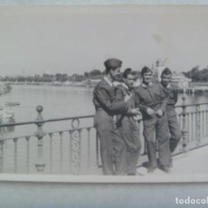 Fotografía antigua: FOTO DE MILITARES DE AVIACION EN EL PUENTE DEL GENERALISIMO, RIO GUADALQUIVIR, ETC. Lote 262983355