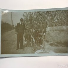 Fotografía antigua: L'HOSPITALET (BARCELONA) FOTOGRAFÍA JÓVENES CON BICICLETAS EL DÍA DE SANT JOAN (A.1934). Lote 262987210