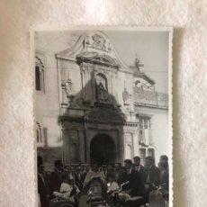 Fotografía antigua: ANTIGUA FOTOGRAFÍA ACTO CONCENTRACIÓN VESPAS - CURA ¿BENDICIENDO? - IGLESIA SAN PEDRO, SEVILLA. Lote 264259088