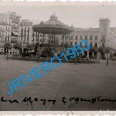 Fotografía antigua: ANTIGUA FOTOGRAFIA DE LA PLAZA MAYOR DE PAMPLONA, 85X60MM. Lote 266183468