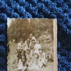 Fotografía antigua: ANTIGUA FOTOGRAFIA HOMBRE Y MUJERES EN UNA ROMERIA. Lote 268404954