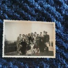 Fotografía antigua: ANTIGUA FOTOGRAFIA MILITARES Y AMIGOS UNO DE ELLOS CONDECORADO. Lote 268414674