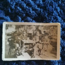 Fotografía antigua: ANTIGUA FOTOGRAFIA DE UN HOMBRE CON DOS OFICIALES Y UN TENIENTE DEL EJERCITO. Lote 268416764