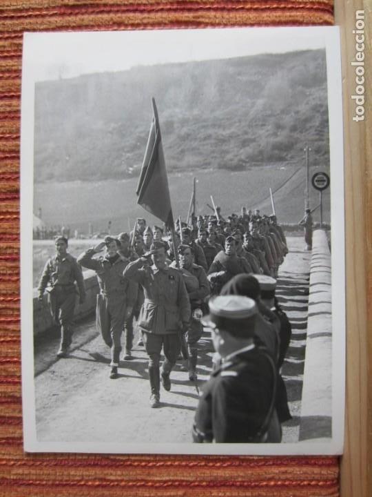 1939-GUERRA CIVIL ESPAÑA.FRANCO.TROPAS FRANQUISTAS ENTRANDO LLIVIA.GERONA.GIRONA.FOTOGRAFÍA ORIGINAL (Fotografía Antigua - Fotomecánica)
