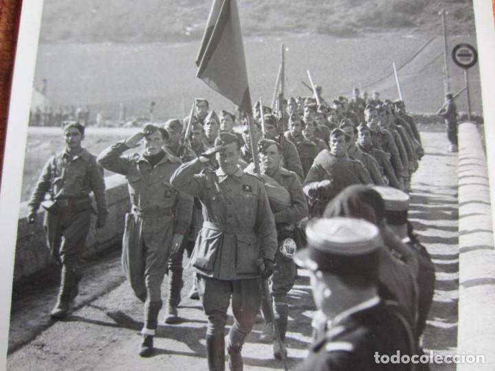 Fotografía antigua: 1939-GUERRA CIVIL ESPAÑA.FRANCO.TROPAS FRANQUISTAS ENTRANDO LLIVIA.GERONA.GIRONA.FOTOGRAFÍA ORIGINAL - Foto 2 - 268617979