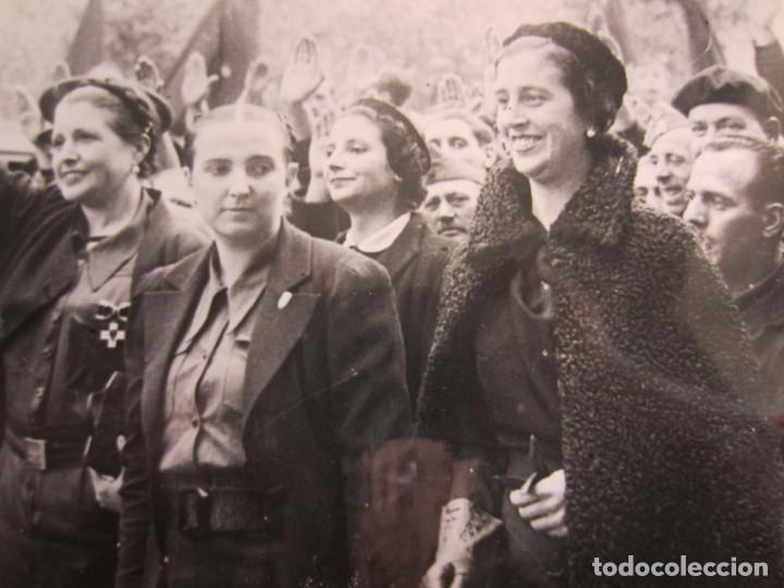 Fotografía antigua: 1937-GUERRA CIVIL ESPAÑA.FRANCO.FOTOGRAFÍA ORIGINAL.CARMEN POLO EN SALAMANCA.AUXILIO SOCIAL. - Foto 2 - 268618619