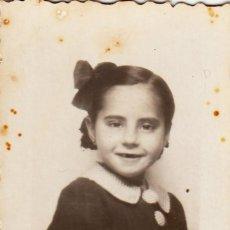Fotografía antigua: PRECIOSA FOTO NIÑA PEQUEÑA CON LAZO Y GRANDES BOTONES. AÑOS 40 AA. Lote 268932684