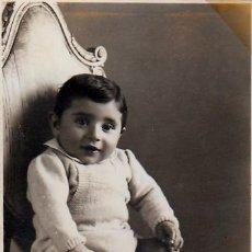 Fotografía antigua: GRACIOSO BEBÉ SENTADO EN UN GRAN SILLÓN. AÑOS 50 AA. Lote 268937144
