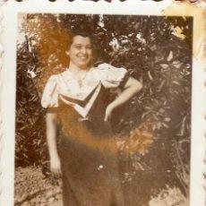 Fotografía antigua: DAMA EN EL JARDÍN. SOMBRA DEL FOTÓGRAFO. AÑOS 40. AA. Lote 268937514