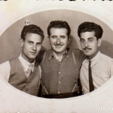 Fotografía antigua: TRES HERMANOS AMIGOS COMPAÑEROS. VILLARREAL, CASTELLÓN, AÑO 1945. AA. Lote 268938124
