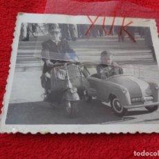 Fotografía antigua: PRECIOSA FOTO DE NIÑO EN VESPA DE JUGUETE Y NIÑO EN COCHE DE JUGUETE - ENERO 1956 - EN VALENCIA. Lote 268963074