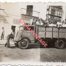 Fotografía antigua: SEVILLA, AÑOS 30, CAMION LLENO DE PERSONAS, 65X45MM. Lote 269579233