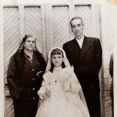 Fotografia antica: EL DÍA DE LA 1ª COMUNIÓN CON LOS ABUELOS. HIPOLITO ABRAILA VALENCIA AÑO 1957 AA. Lote 269687253