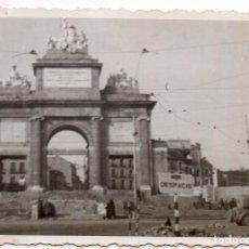 Fotografia antica: MADRID, AÑOS 30, PUERTA DE ALCALA, 85X55MM. Lote 271627148