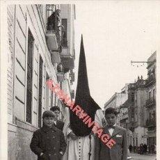 Fotografía antigua: SEMANA SANTA SEVILLA, AÑOS 50, NAZARENO DE MONTESION, 70X100MM. Lote 272197948