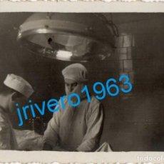 Fotografía antigua: PAMPLONA, 1941, CIRUJANO OPERANDO EN QUIROFANO, 84X64MM. Lote 272985333