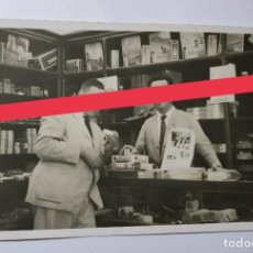 Fotografía antigua: FOTOGRAFÍA ANTIGUA. TIENDA. ARTÍCULOS DE FOTOGRAFÍA. AÑO 1952.. Lote 273363838