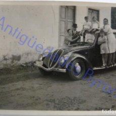 Fotografia antica: FOTOGRAFÍA . COCHE ANTIGUO Y FAMILIA. GRAN CANARIA. (8,5 X 6 CM). Lote 274707038