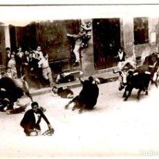 Fotografia antiga: SANFERMINES - AÑOS 30? - ENCIERRO - MOZOS EN PELIGRO - PEQUEÑA FOTOGRAFÍA 92X64 MM.. Lote 276181188