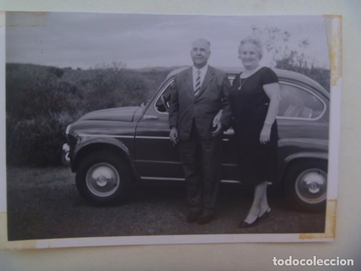 FOTO DE PAREJA Y COCHE SEAT 600 .DE LINARES , CORDOBA (Fotografía Antigua - Fotomecánica)