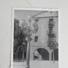 Fotografía antigua: ANTIGUA FOTOGRAFIA.PLAZA MAYOR.MONTBLANCH.MONTBLANC.TARRAGONA 1955. Lote 277095863