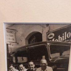 Fotografía antigua: BARRIO GRACIA. BARCELONA. FOTO AÑOS 40. TALLER Y PUBLICIDAD MOBILOIL. PEGADA A PASPARTU. Lote 277144688
