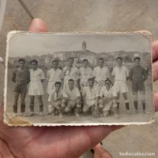 Fotografía antigua: ANTIGUA FOTOGRAFIA CLUB DEPORTIVO LLOMBAY, AÑOS 40. Lote 277190623