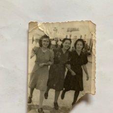 Fotografía antigua: FOTO. AMIGAS EN DÍA DE FIESTA POR LAS CALLES DE ALMUSAFES. FECHA, 16 JULIO 1941.. Lote 277271953