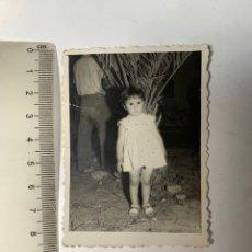 Fotografía antigua: FOTO. PONTE AHÍ PARA LA FOTO. NIÑA JUNTO A LA PALMERA. FOTÓGRAFO?.. Lote 277529563
