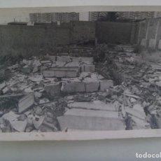 Fotografía antigua: FOTO DE SOLAR EN RUINAS ( CREO QUE ES EL POLIGONO SAN PABLO DE SEVILLA ) ... 12 X 18 CM. Lote 277531818