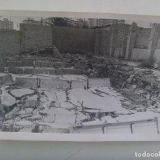 Fotografía antigua: FOTO DE SOLAR EN RUINAS ( CREO QUE ES EL POLIGONO SAN PABLO DE SEVILLA ) ... 12 X 18 CM. Lote 277654148