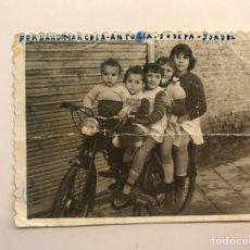 Fotografía antigua: NIÑOS Y MOTO.. FOTOGRAFÍA DESLUCIDA.., CINCO EN LA MOTO… (H.1960?) MEDIDAS: 8 X 6 CM.,. Lote 277844493