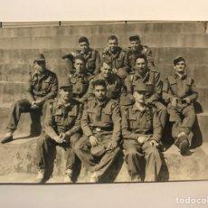 Fotografía antigua: FOTOGRAFÍA. SOLDADOS ESPAÑOLES EN EL CUARTEL.., PARA EL RECUERDO.. (H.1960?). Lote 277844883
