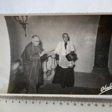 Fotografía antigua: FOTO. VISITA AL CAMARÍN DE LA VIRGEN EN SU BASÍLICA. F. G. OLALLA. VALENCIA.. Lote 278523573