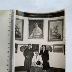 Fotografía antigua: FOTO. EN LA SACRISTÍA DE LA BASÍLICA CON SUS FAMILIARES. F. G. OLALLA, FOTÓGRAFO. VALENCIA.. Lote 278523733
