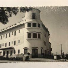 Fotografía antigua: PALAMOS (GERONA) FOTOGRAFÍA UNO DE SUS EDIFICIOS SINGULARES.. FOTO REINALDO SERRAT (H.1960?). Lote 278836563