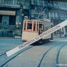 Fotografia antica: FOTO TRANVIA DE VIGO AÑOS 60 CRUCE COLON CON JOSE ANTONIO MEDIDA 30CM POR 20CM. Lote 279376268