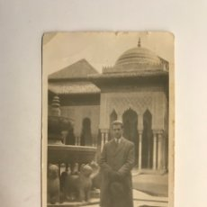 Fotografía antigua: GRANADA, FOTOGRAFÍA ALHAMBRA PATIO DE LOS LEONES.., APUESTO SEÑOR CON SOMBRERO… (H.1950?). Lote 280120133