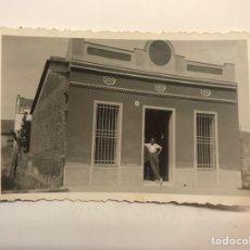 Fotografía antigua: BADALONA (BARCELONA) FOTÓGRAFIA DE UNA CASA PRÓXIMA AL MAR… VERANO DE 1945, MEDÍDAS: 9 X 6 CM.,. Lote 280120703
