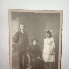 Fotografía antigua: ANTIGUA FOTO DE FAMILIA. MUJER VIUDA Y DOS HIJOS. AÑO 1917. AÑOS 10. Lote 282572253