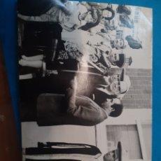 Fotografia antica: FOTOGRAFÍA ORIGINAL DE CAMILO JOSÉ CELA. INAUGURACIÓN DE CALLE A SU NOMBRE EN LA CORUÑA.. Lote 286050528