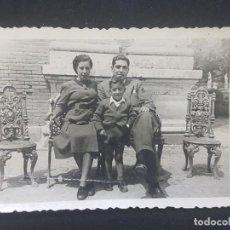 Fotografía antigua: FOTOGRAFIA ANTIGUA GRUPO FAMILIA PADRES HIJO 8 X 6 CM. Lote 287901633