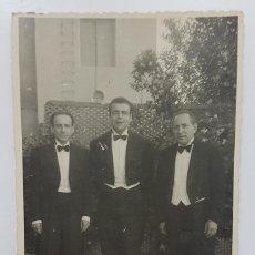 Fotografía antigua: FOTOGRAFIA ANTIGUA TRES HOMBRES 14 X 8,5 CM. FOTO PODADERA CALLE CALVO SOTELO 25 MADRID. Lote 287907608