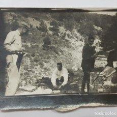 Fotografía antigua: FOTOGRAFIA ANTIGUA GRUPO DE TRES HOMBRES PARECE QUE DE MERIENDA EN EL CAMPO 9 X 7 CM. Lote 287911558