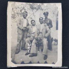Fotografía antigua: FOTOGRAFIA ANTIGUA GRUPO DE CUATRO HOMBRES UNO CON UNIFORME 7 X 8 CM. Lote 287912413
