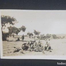 Fotografía antigua: FOTOGRAFIA ANTIGUA GRUPO PERSONAS Y CARROS EN EL CAMPO 8 X 5,5 CM. Lote 287912968